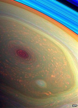 Furtunile de pe Saturn sunt infinit mai violente, dar și mai poetice decât pe Pământ. Cam așa arată, văzuți de sus, niște nori din care plouă cu diamante.