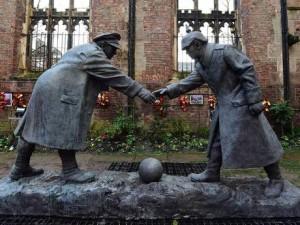 În Liverpool există și o sculptură care înfățișează ziua în care dușmanii și-au dat mâna și-au jucat un meci de fotbal.